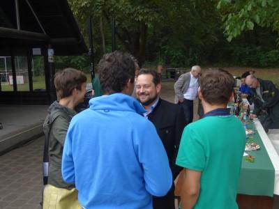 Minister Alexander Bonde im Gespräch mit Andre Baumann (NABU), Sandra Detzer (GRÜNE) und Patrick Schönenberg (GRÜNE)